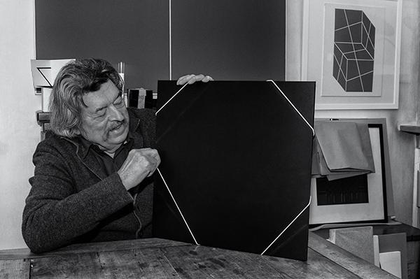 Edoardo Landi, uno degli artisti coinvolti nella mostra (foto David Terni). In esposizione anche <em>Fustellato</em>, la storica opera realizzata per il Centro Duchamp