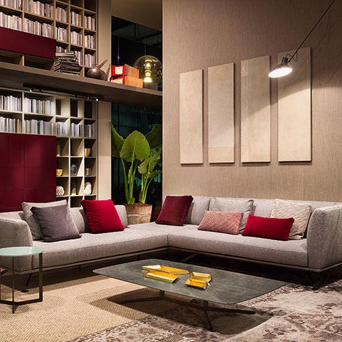 """<a href=""""http://www.lemamobili.com"""">Lema</a> nello spazio espositivo del Design Post presenta le sue ultime proposte. Cuore della scena espositiva è il grande living arredato con il divano <em>Neil</em> di Francesco Rota"""