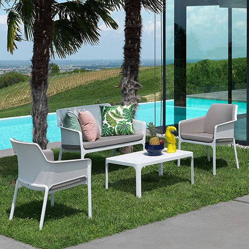 "<a href=""http://www.nardioutdoor.com"">Nardi</a> è a Colonia con il sistema <em>Net</em> un salottino open air in resina fiber-glass e imbottiti composto da: il divano a due posti <em>Net Bench</em>, la poltroncina <em>Net Relax</em> e il tavolino <em>Net Table</em>"