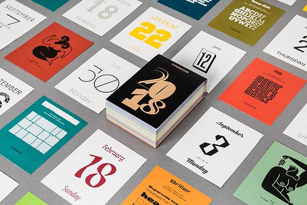 """Il <em>Typodarium</em> è un calendario da tavolo dedicato agli appassionati di tipografia. Compatto e colorato, a partire dalla copertina presenta un carattere tipografico differente per ogni giorno: 366 segni firmati da altrettanti designer provenienti da 41 paesi. Si può acquistare <a href=""""http://www.slanted.de/shop/typodarium-2018"""">qui</a>"""