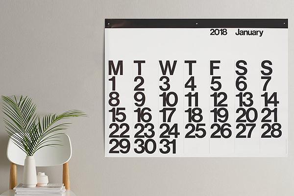 """Nonostante abbia più di mezzo secolo sulle spalle, il calendario <em>Stendig</em> di Massimo Vignelli resta un classico intramontabile. La sua forza è il minimalismo: font Helvetica e solo due colori utilizzati, il bianco e il nero. Considerate le sue misure generose (122×92 cm), è adatto a grandi pareti. Si può acquistare <a href=""""https://www.stendigcalendars.co.uk/product-page/stendig-calendar-2018"""">qui</a>"""