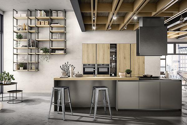 Lalibreria <em>Factory </em>con struttura in tubolare di metallo e mensole in legno crea un'atmosfera che ricorda il mondo metropolitano