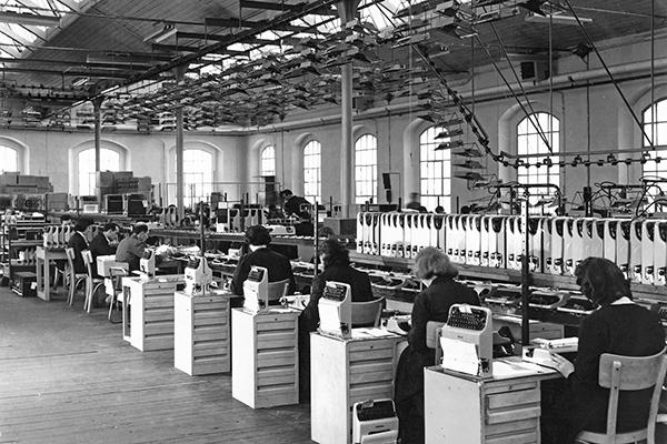 Linea di collaudo delle macchine per scrivere portatili <em>Lettera 22</em> nello di stabilimento di Aglie (1958)