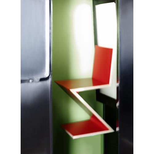 La sedia <em>Zig Zag</em> di Gerrit Thomas  Rietveld (photo by Karl Lagerfeld)