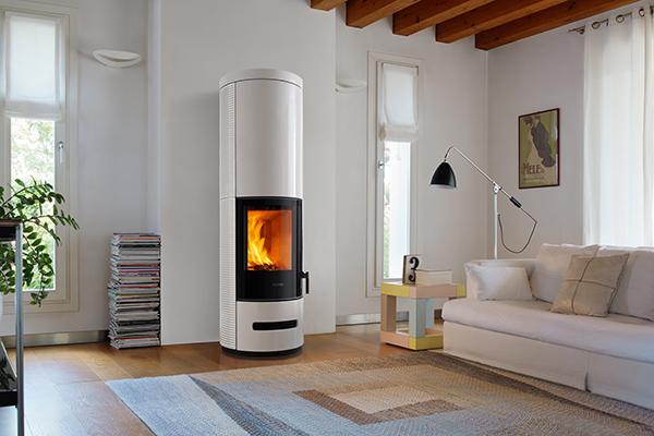 """<em>E929 Burn Control System</em> di <a href=""""http://www.piazzetta.it/it-IT/home"""">Piazzetta</a> è una ricca linea di stufe a legna. Tra le funzionalità anche l'esclusivo sistema di accumulo <em>Heat Storage HSS</em> che consente di prolungare per tante ore ancora, dopo lo spegnimento della stufa, il calore emesso"""