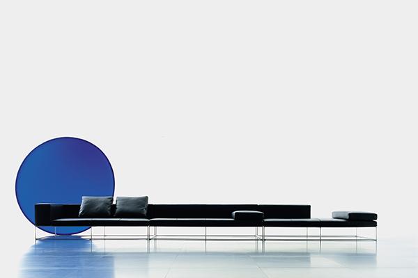 """Il divano <em>Ile</em> disegnato da Lissoni per Living Divani, «Avevo tolto tutti gli elementi di comodità», racconta il designer «Se non fosse stato per la bravura dell'azienda, il divano sarebbe stato """"mortale""""»"""
