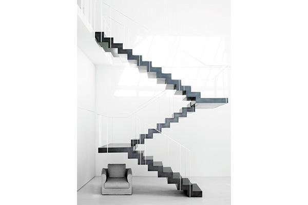 """Uno dei tanti errori-capolavori di Piero Lissoni. «Ho disegnato una casa molto bella, ma con delle scale troppo estreme che, scendendo e salendo, presentavano delle oscillazioni. I proprietari all'inizio avevano paura, poi si sono abituati e adesso trovano questo """"difetto"""" la parte più emozionante»"""