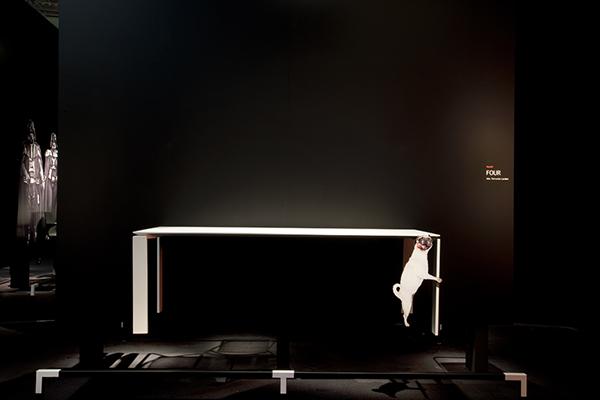 """Nel 2011 al Salone del mobile, Ferruccio Laviani, art director di Kartell, propone di presentare i mobili con una buona dose d'ironia. «Aggrappato al mio tavolo c'era un cagnolino intento a """"far l'amore"""" con una delle gambe». Gli altri designer preferirono una presentazione più seriosa"""