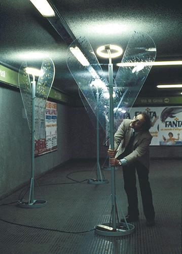 """Riconversione progettuale: Arcangelo metropolitano"""", fotografia, installazione nella metropolitana milanese, 1977. Lampada realizzata da riconversione di una palina stradale, altezza 220 centimetri, larghezza 150 centimetri"""