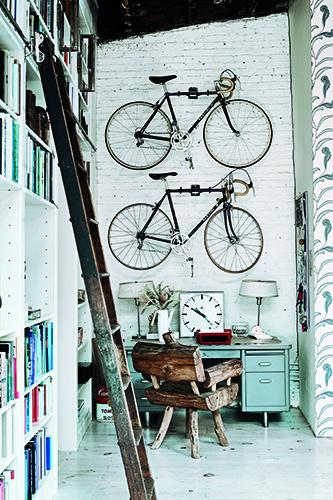 Siamo sul lungofiume di New York in un ex laboratorio di forniture navali. Nell'ampio open space è stato ricavato un ufficio: spiccano la scrivania vintage di acciaio e gli accessori come una vecchia macchina da scrivere e un orologio industriale. Sul muro in mattoni due biciclette da corsa