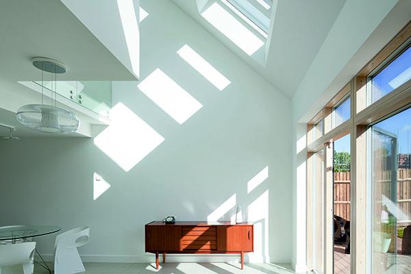 Nella galleria fotografica alcune idee di Velux per illuminare al meglio gli ambienti. In foto un esempio di come una buona disposizione delle finestre ha dei risvolti positivi anche in campo energetico: sfruttare al meglio la luce naturale fa risparmiare energia elettrica, il che significa bollette più leggere