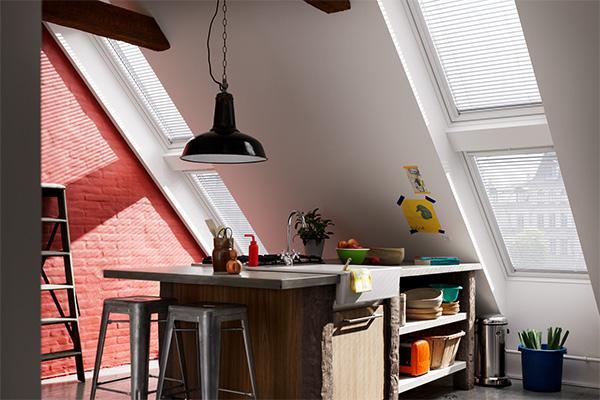 """Le finestre per tetti  permettono un buon ricambio d'aria. Se installate a diverse altezze attivano il cosiddetto """"effetto camino"""": l'aria calda esce dall'alto e fa entrare dal basso quella esterna più fresca"""
