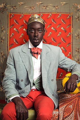 Il lavoro di Omar Victor Diop è una riflessione sulla presenza di figure storiche di origine africana e il ruolo chiave che hanno giocato nel plasmare la storia economica e culturale europea