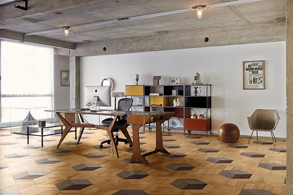 """Secondo la ricerca di Houzz i pavimenti in legno """"si allargano dalla cucina fino alla zona giorno o al salotto senza interruzione, in tutte le soluzioni in cui la cucina si apre sul living"""". In foto <em>Wood</em>, la collezione di <a href=""""http://www.bisazza.com"""">Bisazza</a> <a href=""""http://design.repubblica.it/2017/01/30/studio-job-reinterpreta-il-parquet-per-bisazza/"""">qui interpretata dallo Studio Job</a>"""
