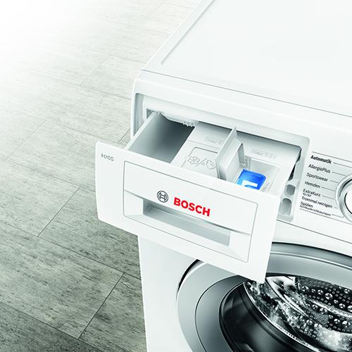 """Azionare la lavatrice solo a pieno carico: <em>i-Dos</em> di <a href=""""http://www.bosch-home.com/it/"""">Bosh</a> è in grado di rilevare la tipologia di tessuto, misurare il volume di carico, riconoscere il grado di sporco del bucato e la durezza dell'acqua e quindi di dosare in automatico detersivo e ammorbidente. Si calcola un risparmio di 7.062 litri di acqua e 11 litri di detersivo all'anno"""