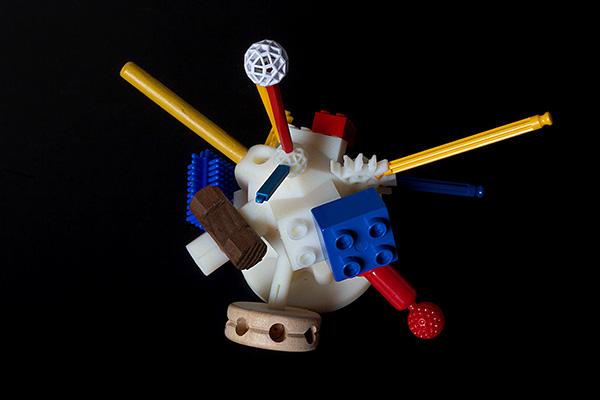 Il kit di costruzione universale gratuito di FAT Lab e Sy-Lab, un adattatore che permette di collegare diversi tipi di costruzioni dai Lego ai Tinkertoys