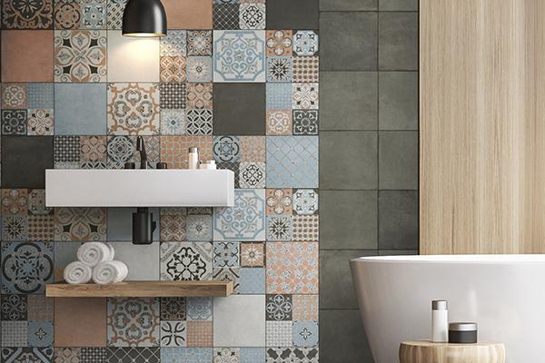 """Il legno piace anche nella stanza più intima della casa. Qui è abbinato al fascino delle piastrelle cementine della collezione <em>Abbazie di Faetano</em> di <a href=""""http://www.delconca.com/"""">Ceramica Del Conca</a>"""
