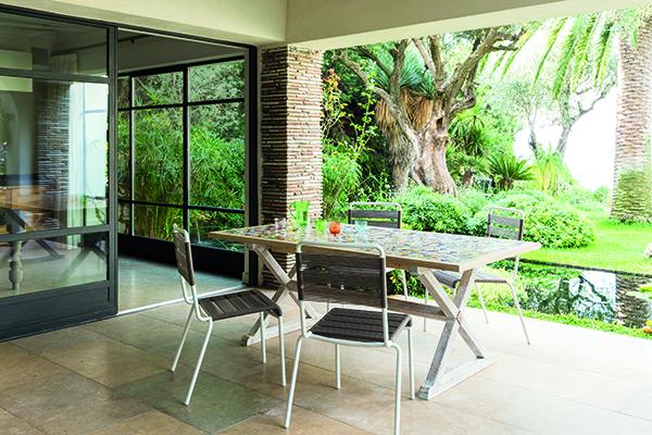 Il tavolo prende il nome dalle antiche maioliche di Deruta disposte sul piano