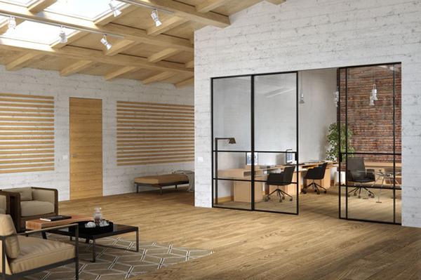 """""""Anche chi desidera separare cucina e zona giorno"""", spiega lo studio di Houzz """"lo fa scegliendo elementi divisori leggeri, come pareti in vetro e metallo"""". In foto <em>Delineo Industrial</em> di <a href=""""http://www.ferrerolegnoporte.it"""">FerreroLegno</a> <a href=""""http://design.repubblica.it/2017/12/19/da-ferrerolegno-la-porta-dallanimo-industriale/"""">, il sistema di pareti scorrevoli per separare o creare continuità visiva tra le stanze</a>"""