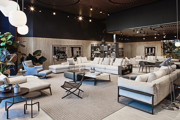 Il negozio si distingue per ampie e ariose vetrine, pavimenti e pareti in travertino, soffitti rivestiti in legno e spazi verdi