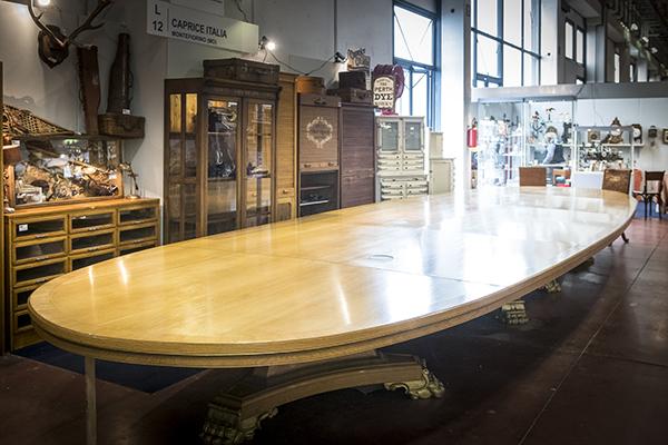 Tavolo consiglio d'amministrazione Shell. È il tavolo più grande al mondo: è lungo 8,80 metri e pesa oltre 500 chilogrammi