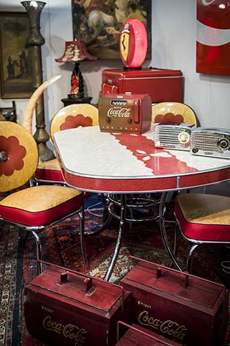 Dinet Set con radio Cocacola in bachilite (1949) e  frigoriferi portatili Cocacola, Usa anni  Cinquanta