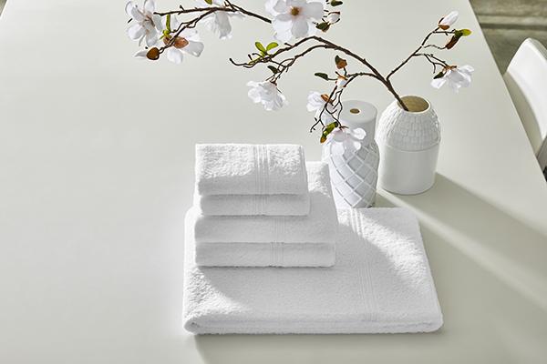 """Il bagno come santuario del relax da arredare e mostrare con orgoglio. Nulla è lasciato al caso, a partire da eleganti tessili. In foto la collezione <em>Triplo Bourdon</em> di <a href=""""https://www.frette.com/"""">Frette</a></em>"""