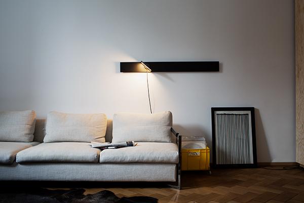 <em>Piazza</em> è una lampada magnetica da parete, pensata per muoversi liberamente secondo le esigenze sulla superficie di una piastra metallica. La testa in alluminio può essere ruotata a 360 gradi e la sua intensità regolata. La piastra su cui si muove Piazza è pensata in vari forme e colori (piastra rettangolare 12 x 120 cm o circolare Ø80 cm - colori Grigio, Rosa Oro, Nero), e ciò la rende adatta sia ad ambienti di piccole dimensioni che a grandi spazi vista la facile customizzazione