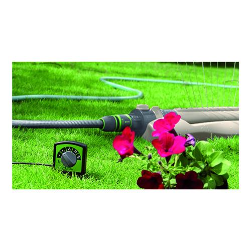 """Per annaffiare le piante è consigliabile optare su sistemi temporizzati e collegabili a sensori della pioggia. Da <a href=""""/www.leroymerlin.it"""">Leroy Merlin</a> il kit di Geolia che consente di risparmiare acqua arrestando l'irrigazione in caso di temporali"""