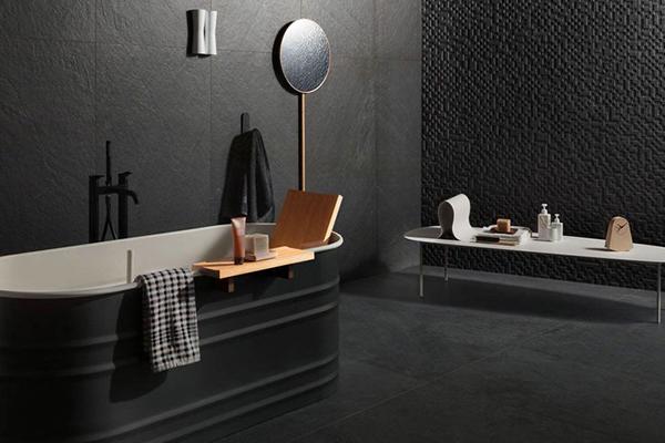"""Nel bagno """"si osano materiali che esulano dalla classica palette neutra con toni accesi e qualche volta colori scuri per le pareti"""", raccontano da Houzz. Qui in foto la serie<em> Mystone Lavagna </em>di <a href=""""http://www.marazzi.it/"""">Marazzi</a>"""