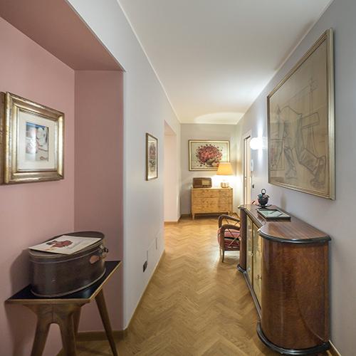 Nel caso di un ambiente stretto e lungo, ad esempio un corridoio, dipingere le pareti corte di un colore più scuro rispetto a quelle più lunghe accorcerà visivamente l'ambiente