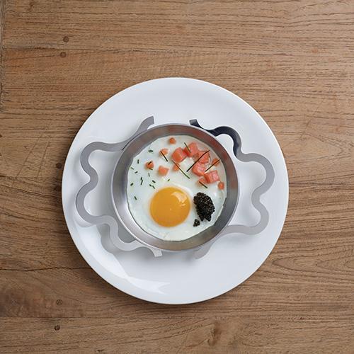 """Tra gli ingredientiprotagonisti non possono mancare leuova: dalle classiche omelettealle versione gourmet.<em>Tegamino</em>, la padella disegnata da Alessandro Mendini per <a href=""""http://www.alessi.com"""">Alessi</a>, permette di cuocerle in modo perfetto e di gustarela ricetta direttamente nello strumento di cottura (90 euro) - fotoWalter Zerla"""