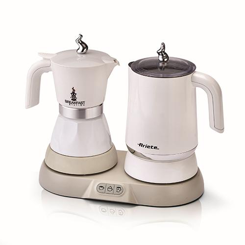 """Per chi non rinuncia al cappuccino: la <em>Breakfast Station</em> di <a href=""""http://www.ariete.store"""">Ariete</a> da un lato è moka elettrica e dall'altro il bricco multifunzione funge al tempo stesso da cappuccinatore e bollitore (99,90 euro)"""