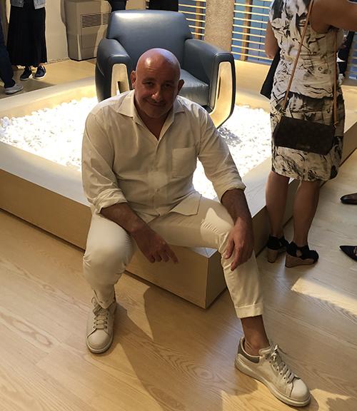 Il designer francese Jean-Marie Massaud posa con la poltrona Arthur