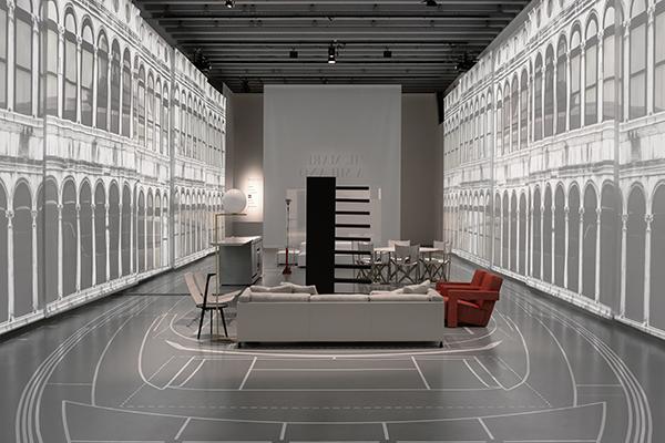 Lo spazio riproduce l'ambiente open space dello yacht che si caratterizza per l'utilizzo di mobili firmati da importanti marchi del design come ad esempio Boffi, Cassina, Knoll e Living Divani