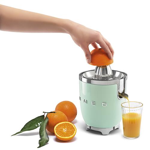 """Accompagnate i piatti con una spremuta fresca d'arancia. Qui lo spremiagrumi elettrico della linea <em>Anni 50</em> di <a href=""""http://www.smeg.it/linea-estetica/anni-50"""">Smeg</a> (139 euro)"""