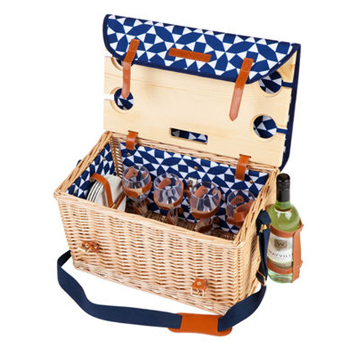 È il protagonista di ogni picnic: il classico cestino di vimini. Questo di Sunnylife ha inclusi diversi accessori, tra cui un comodo vassoio di legno da piantare nella terra o sabbia (155 euro)