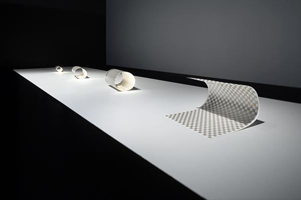 La Paper-torch è formata da un singolo foglio di carta che, quando arrotolato, produce luce. L'intensità può essere regolata arrotolando più o meno il foglio di carta e a seconda del verso può produrre luce fredda o calda. Ciò avviene grazie alla tecnologia di circuiti elettronici stampati  (foto Takumi Ota)