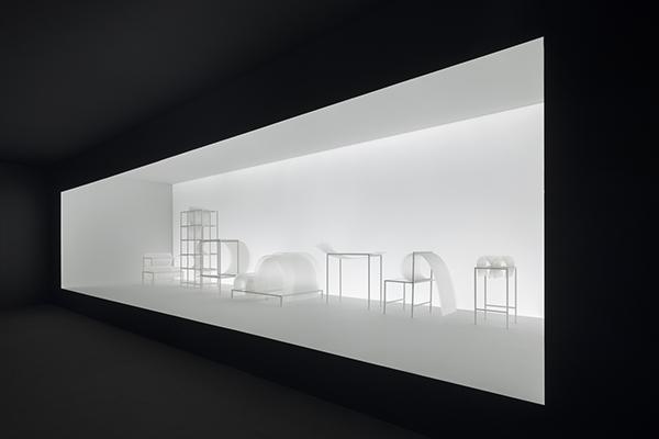 La bouncy layers è una collezione di 10 pezzi che esprime l'idea di morbidezza nell'arredamento sostituendo le imbottiture con lastre di policarbonato spesse 1,5 millimetri (foto Takumi Ota)