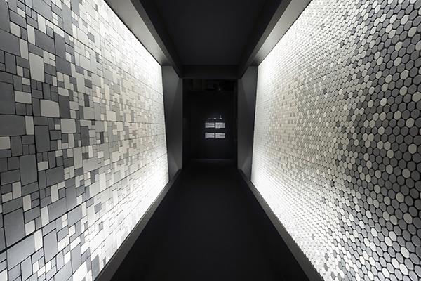 Press tiles è il mosaico di piastrelle sferiche poi pressate: il risultato è che ogni piastrella è leggermente diversa con l'obiettivo di dare una sensazione più morbida e più personalizzata alla tessitura delle tessere (foto Takumi Ota)