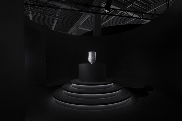 Il vaso Four-layer si caratterizza per  una superficie a quattro strati con diverse profondità che consente agli schemi di decorazione di apparire diversi in base all'angolo di visualizzazione (foto Takumi Ota)