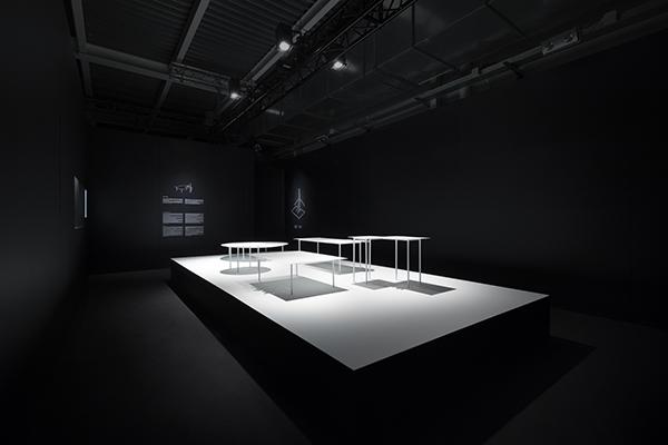 Woven è un tavolo in metallo che si caratterizza per sofisticati dettagli intrecciati (foto Takumi Ota)