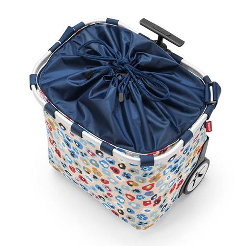 Per trasportare tutto il necessario con comodità e senza fatica: <em>Carrycruiser</em> di Reisenthel (qui nella versione <em>millefleurs</em>) è un pratico e leggero carrello con ruote (139,95 euro)