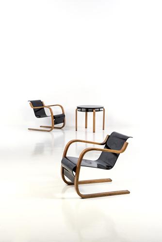 Modello 31/42, Alvar Aalto. Coppia di poltrone e tavolino da appoggio, data di creazione 1930 circa. Dimensioni poltrone 67 x 60 x 76 centimetri. Dimensioni piedistallo 56 x 62 centimetri