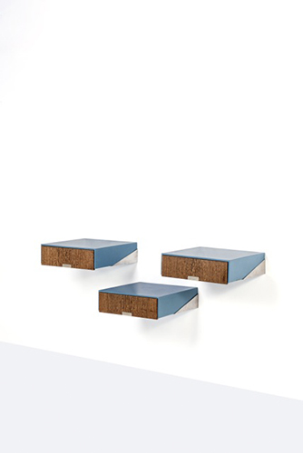 Tre comodini sospesi, Arne Jacobsen. Realizzati in legno impiallacciato e metallo laminato cromato. Dimensioni 14 x 50 x 51 centimetri