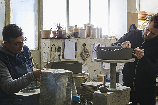 Roberto Sironi mentre lavora al tornio la sua collezione ispirata ai reperti archeologici che si trovano in mare