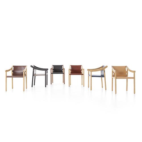 La sedia <em>905</em> disegnata nel 1964 da Vico Magistretti, prodotta da Cassina fino al 2000 e oggi riproposta in frassino o noce canaletto e in un unico pezzo di cuoio. Il nome indica la sequenza di catalogazione