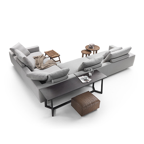 Antonio Citterio si ispira ai campi, cioè le piazze di Venezia, e idea <em>Campiello</em> per Flexform, il salotto conviviale formato da divani componibili e pouf, con cuscini da posizionare a piacere