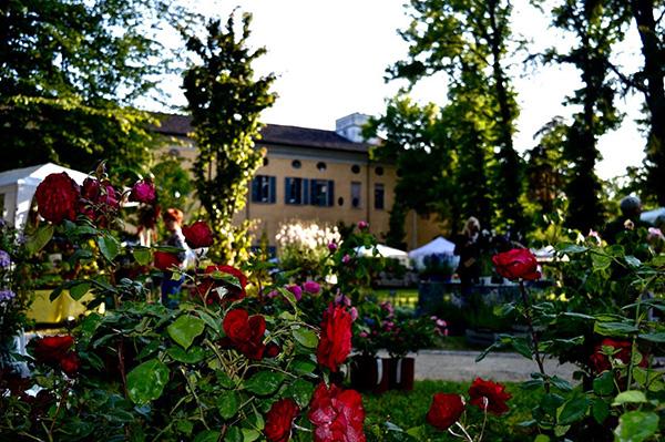 Il parco della settecentesca Villa Braghieri a Castel San Giovanni (Piacenza) ospita Floravilla, la mostra-mercato di fiori e di piante in cui trovano spazio anche produzioni artigianali e alimentari