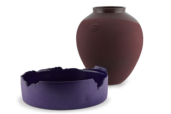 La collezione <em>Fondali </em> di Roberto Sironi: un   centrotavola con bordo frastagliato (99 euro) e un vaso rosso porpora (89 euro)